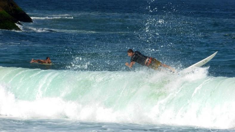 Rio 140716 004 Ponta do leme surfista onda deitado